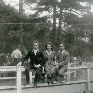 Mon oncle Jean à gauche ; jeune à l'époque. Cavalier dans l'âme et fine cravache qui m'inspira vivement dès mon enfance .Ici à l'étrier de Paris.