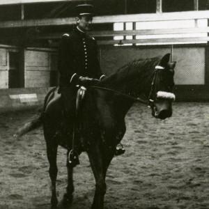 L'écuyer J.M. Donard sur mon cheval Allinton. L'archétype de l'écuyer militaire du Cadre Noir. Allure, classe…. Donc sans pédanterie .L'excellence équestre.
