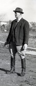 Mon premier maitre de manège mr Aloise  Kreder. Homme énergique et rude. Avec lui il ne fallait pas être douillet, encore moins chochotte et tant mieux. Il avait bien raison.